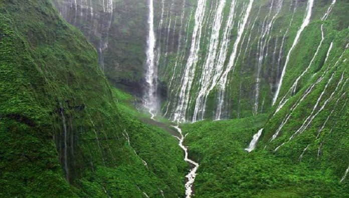 Weeping Wall Falls Is Most Beautiful Waterfalls In Hawaii-USA